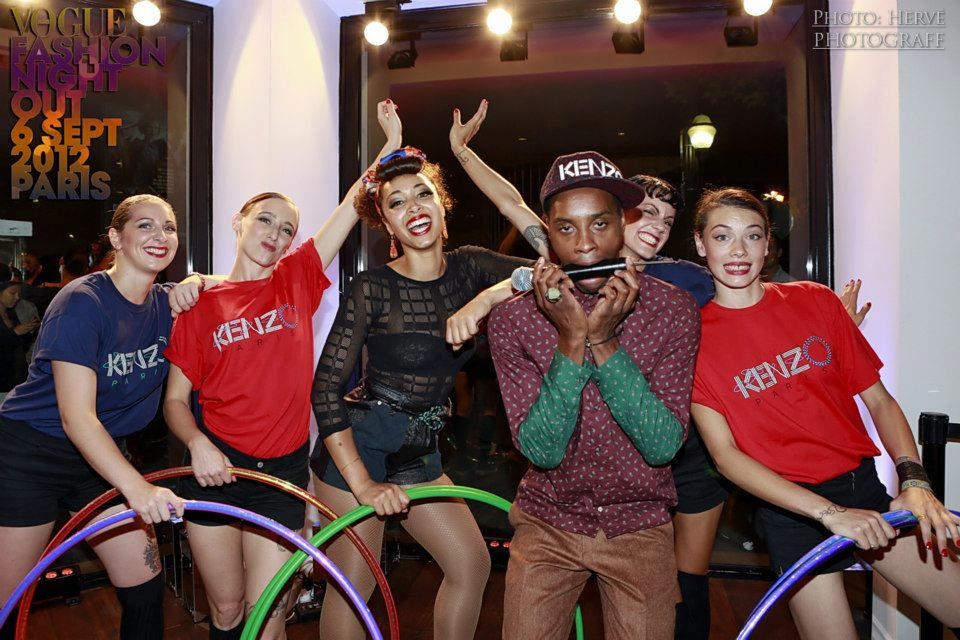 Lucioles en performance chez Kenzo pour Vogue Fashion Night Out 2012